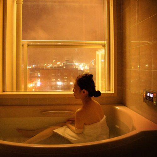 全室バスルームから函館山が見えます。