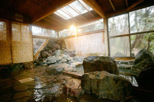 広々とした天然温泉の岩風呂