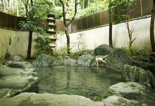 伊予産石造りの露天風呂