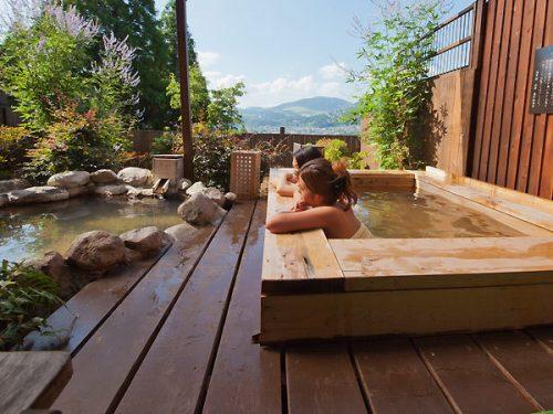 客室の檜と岩の露天風呂