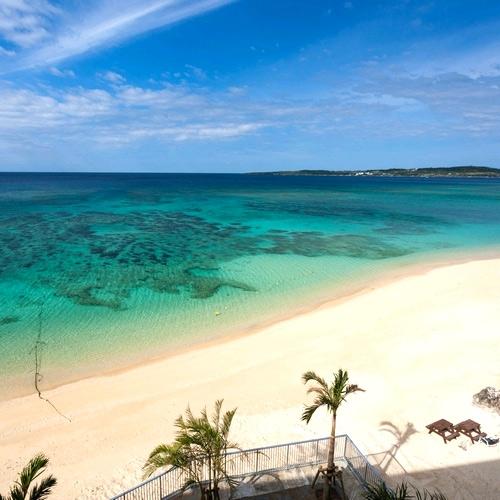 ホテル前の白砂のビーチ